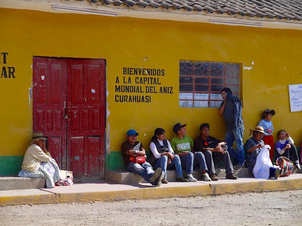 Straßenszene handarbeitende Frauen Jugendliche - Curahuasi Peru
