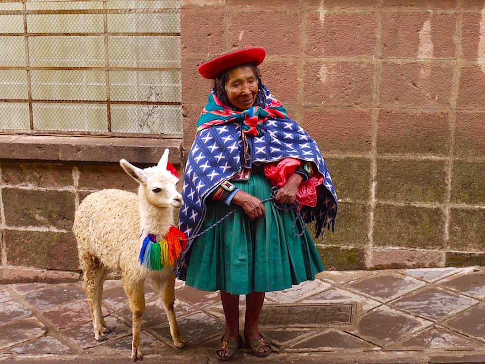 Peruanerin mit Lama in den Straßen von Cusco - Peru