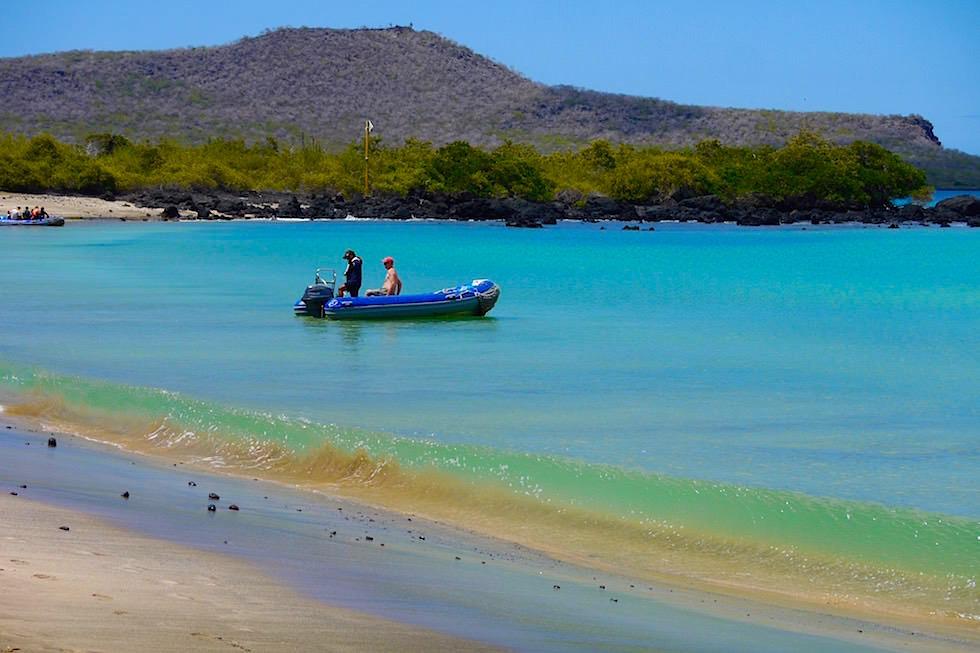 Bucht mit Schlauchboot Post Office Bay - Galapagos Floreana