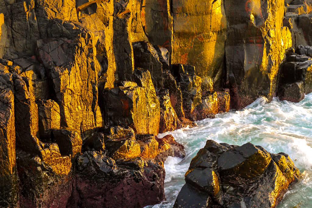 Bombo Quarry - Felsen leuchten wie Gold bei Sonnenaufgang - Kiama Geheimtipps - New South Wales
