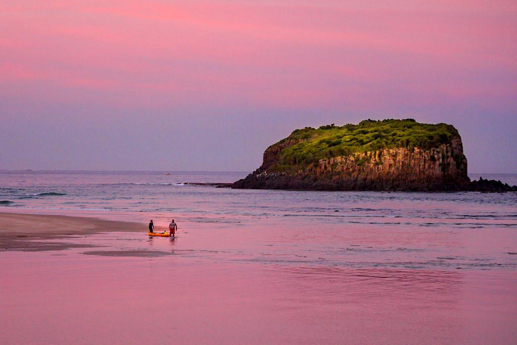 Minnamurra Beach & Stack Island bei feurig pinken Sonnenuntergang - Umgebung von Kiama - New South Wales