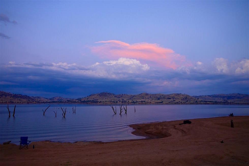 Farbenspektakel und Sonnenuntergang über dem Lake Hume - Victoria