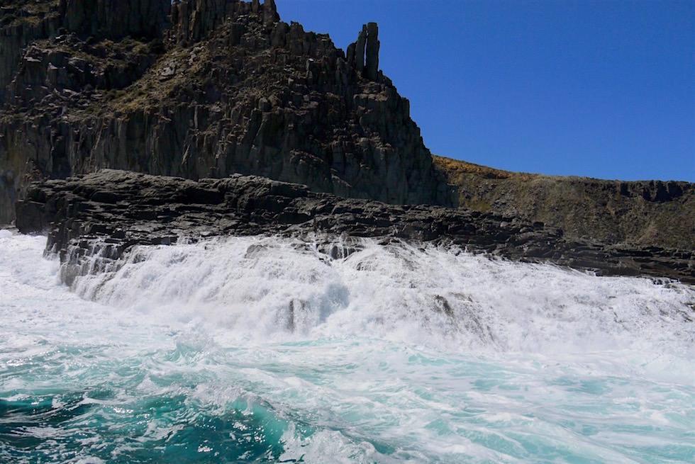 Southern Ocean - Wellen erzeugen Wasserfall - Bruny Island Cruise - Tasmanien