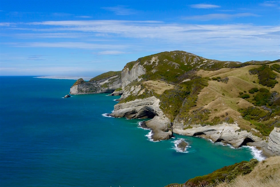 Schroffe Felsenküste & zerklüftete Klippen am Cape Farewell & Farewell Spit - Neuseeland Südinsel