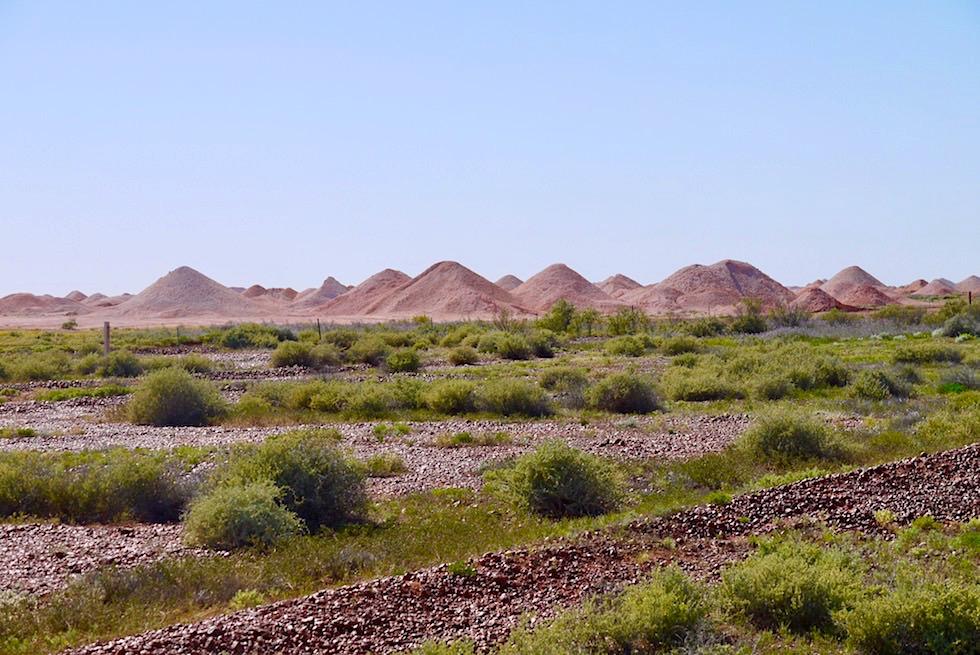 Coober Pedy - typischer Anblick: bis zu 300.000 Schutthügel um die Stadt herum - South Australia