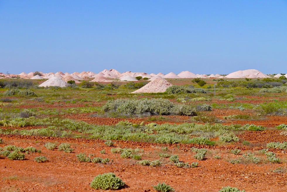 Coober Pedy - typischer Anblick: Abraum-Schutthalden Opalminen - South Australia
