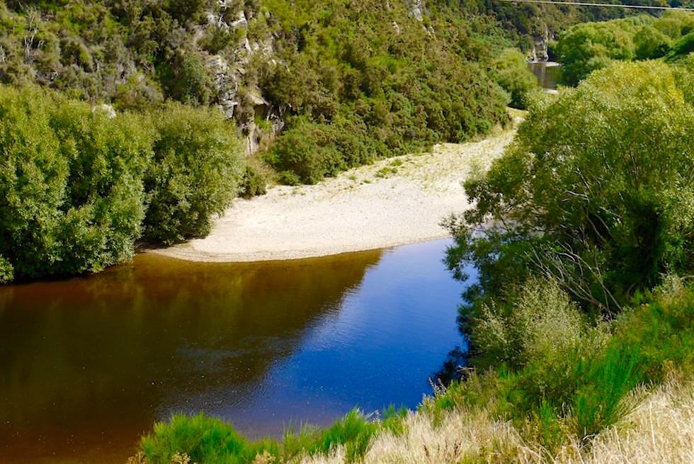 Tief braun-blauer Taieri River bei Parera - Taieri Gorge Railway - Neuseeland Südinsel