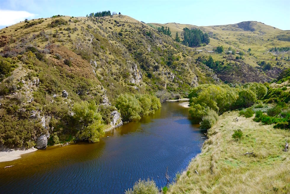 Taieri River & Hügellandschaft auf der Fahrt mit der Taieri Gorge Railway - Neuseeland Südinsel