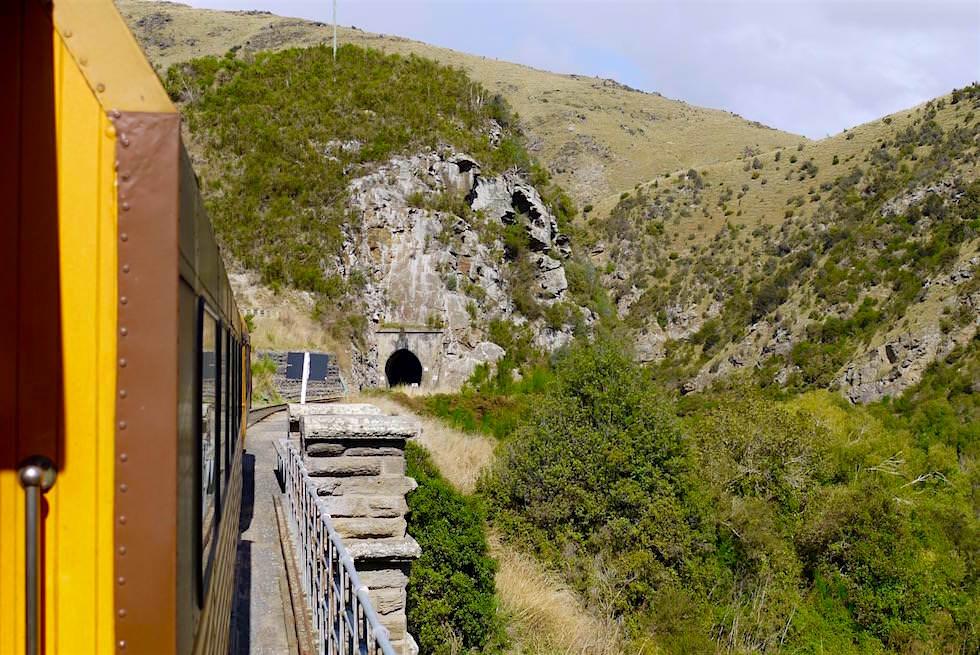 Tunneleinfahrt auf der Fahrt mit der Taieri Gorge Railway - Neuseeland Südinsel