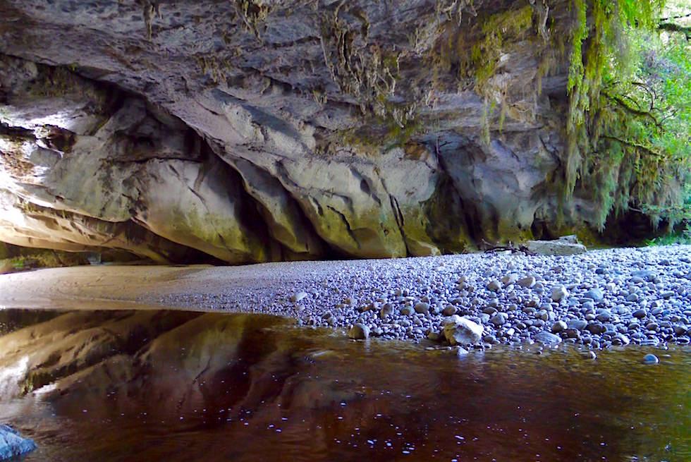 Unter dem Moria Gate Arch - Oparara Basin - Nord-Westküste der Südinsel Neuseelands