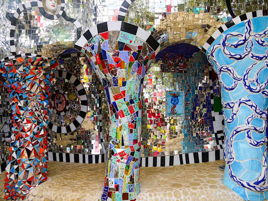 Tarot Garten von Niki de Saint Phalle - Bunte Säulen zum sich Verlieren & Verlieben - Toskana, Italien