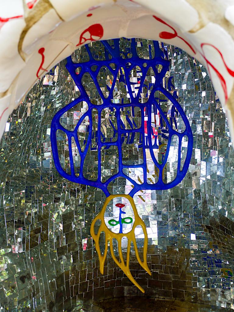Tarot Garten von Niki de Saint Phalle - Der Gehängte: Veränderungen akzeptieren, etwas aus einer anderen Perspektive sehen - Toskana, Italien