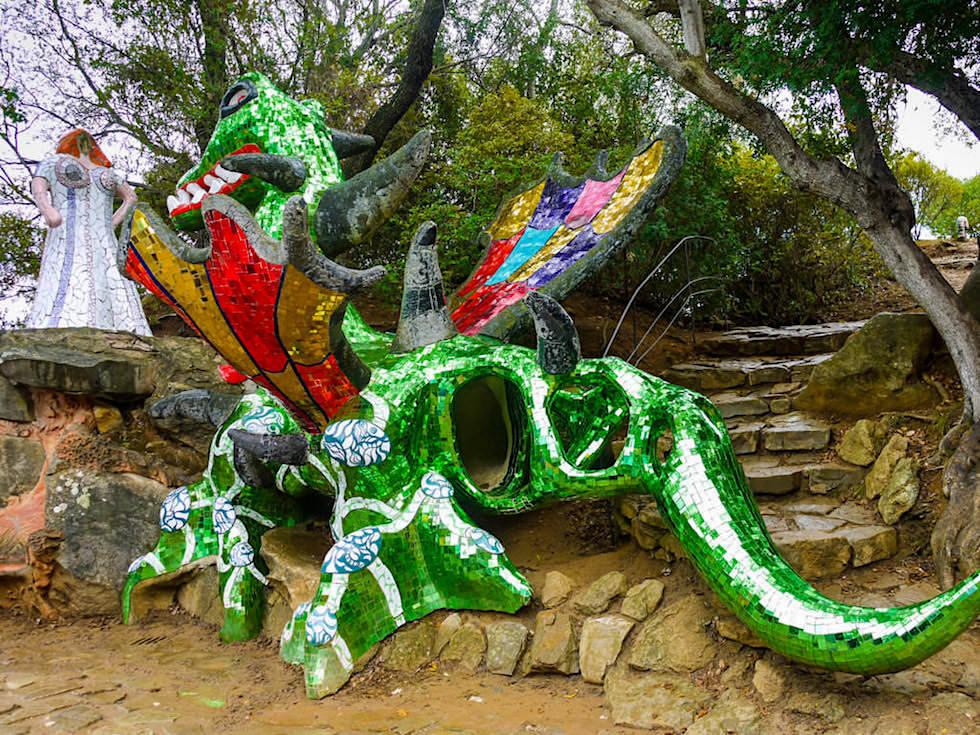 Tarot Garten von Niki de Saint Phalle - Die Kraft: Das Mädchen & der Drache: Gegenpole zulassen & sich Ängsten stellen - Toskana, Italien
