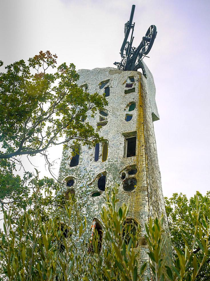 Tarot Garten von Niki de Saint Phalle in der Toskana - Der Turm wird vom Blitz getroffen - Italien