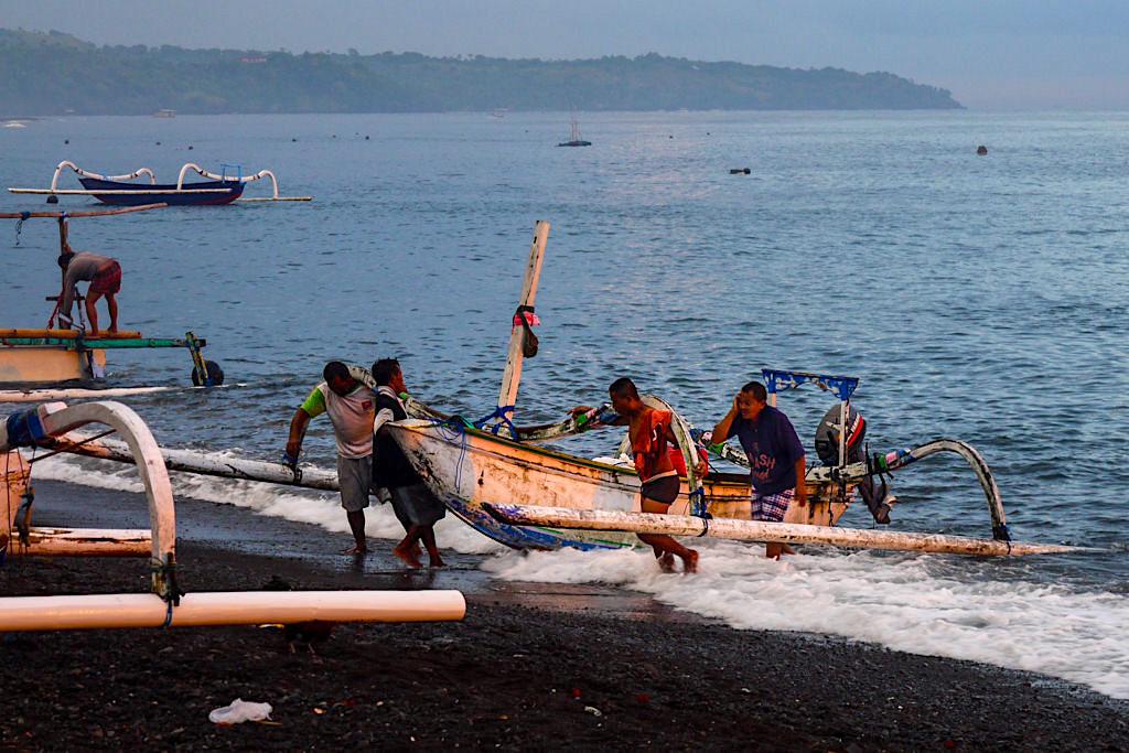 Amed Bali - Fischer kommen nach ihrem nächtlichen Fischfang zurück bei Sonnenaufgang - Indonesien