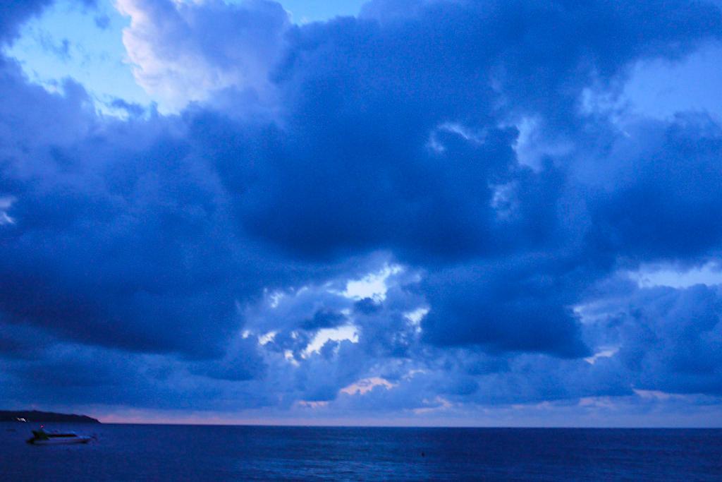 Amed Bali - Düster drohende Gewitterwolken über dem Meer - Indonesien