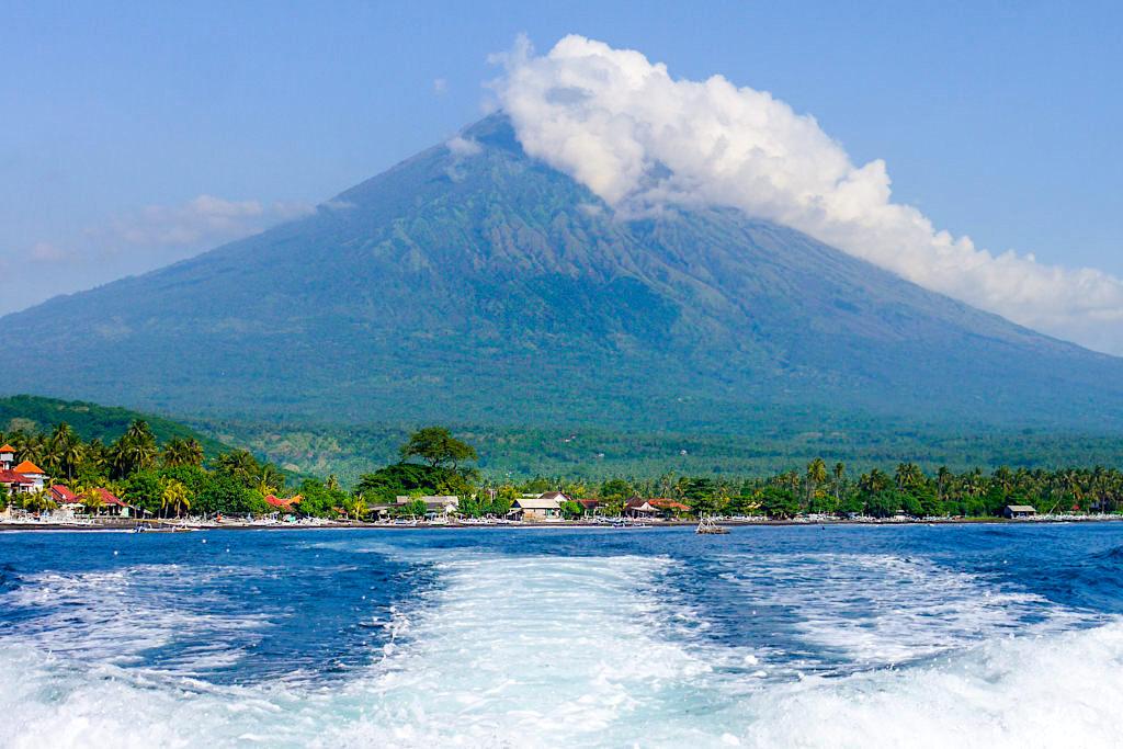Amed Bali - Grünes Tal mit Mt Agung als Kulisse - Indonesien