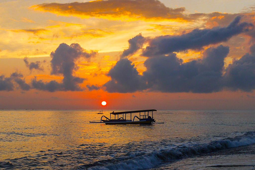 Amed Bali - Wunderschöner Sonnenaufgang mit Wolkenstimmung über dem Meer - Indonesien