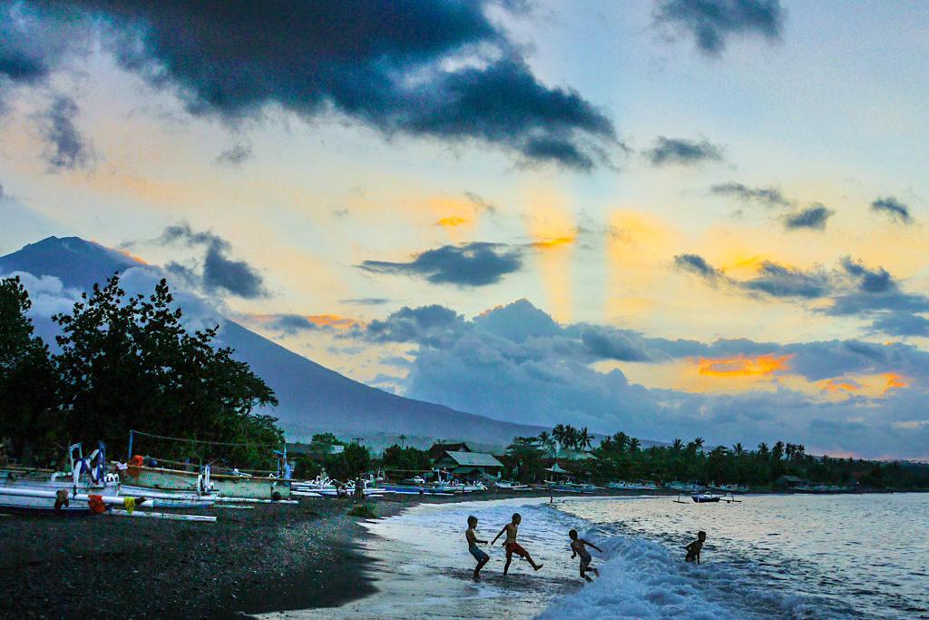 Amed Bali - Fröhliches Treiben bei Sonnenuntergang hinter Wolken - Indonesien