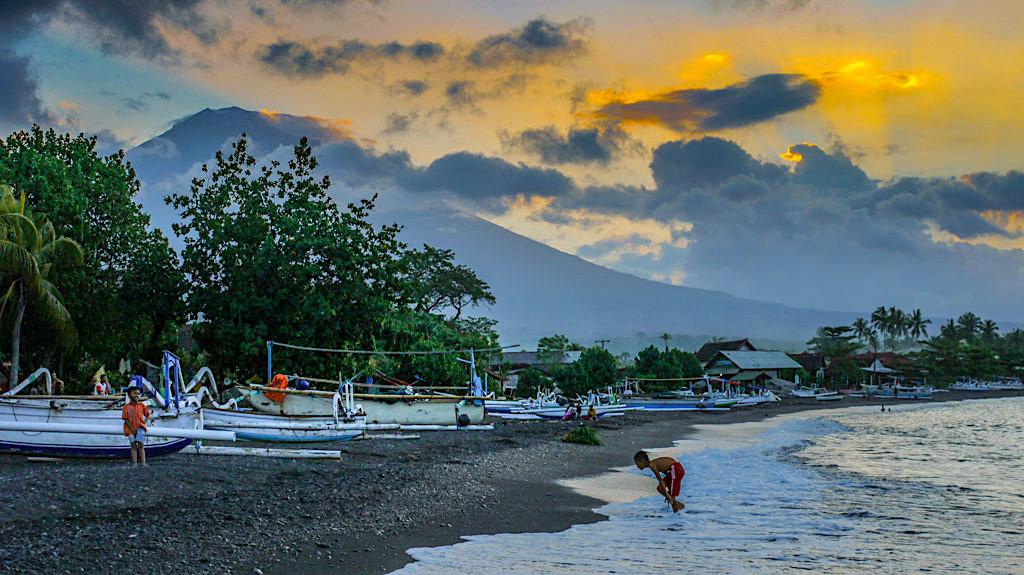 Amed Bali - Sonnenuntergang mit dem höchsten Berg Balis, dem Gunung Agung als Kulisse - Indonesien