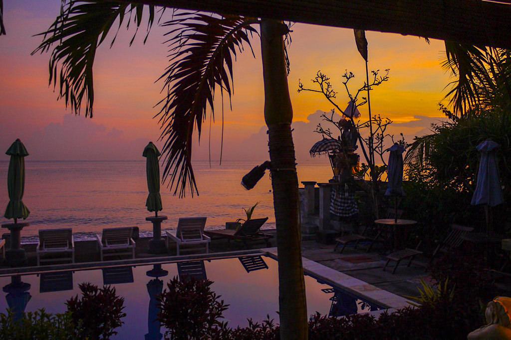 Amed Beach Resort - Grandiose Sonnenaufgänge über dem Pool der Anlage - Bali, Indonesien