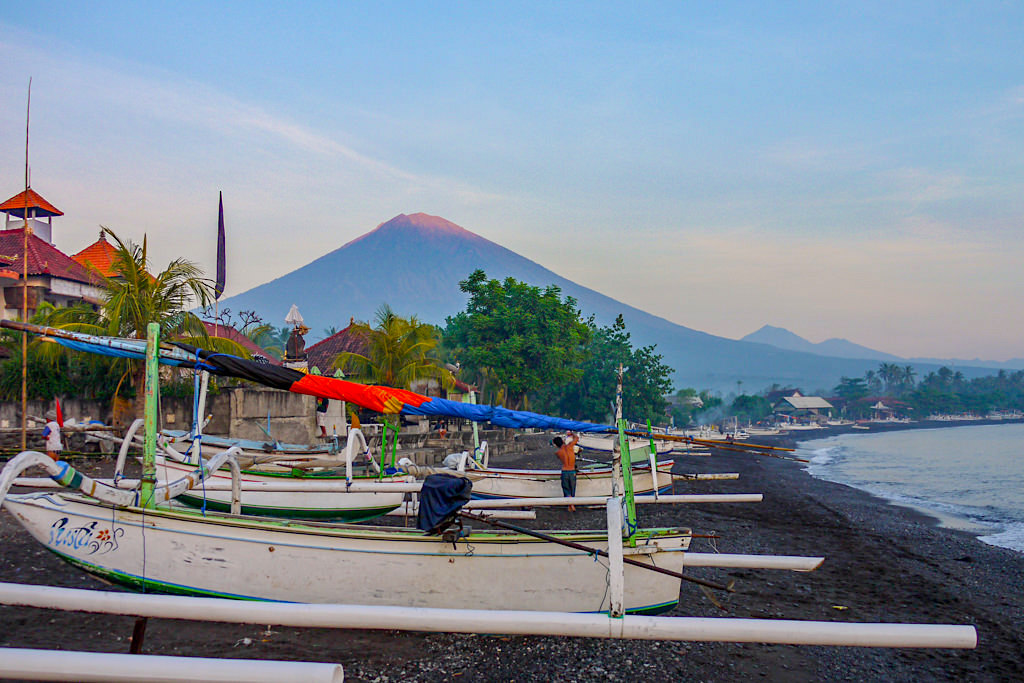 Amed Beach - dunkler Strand, Fischerboote & Mt Agung als Kulisse - Bali, Indonesien