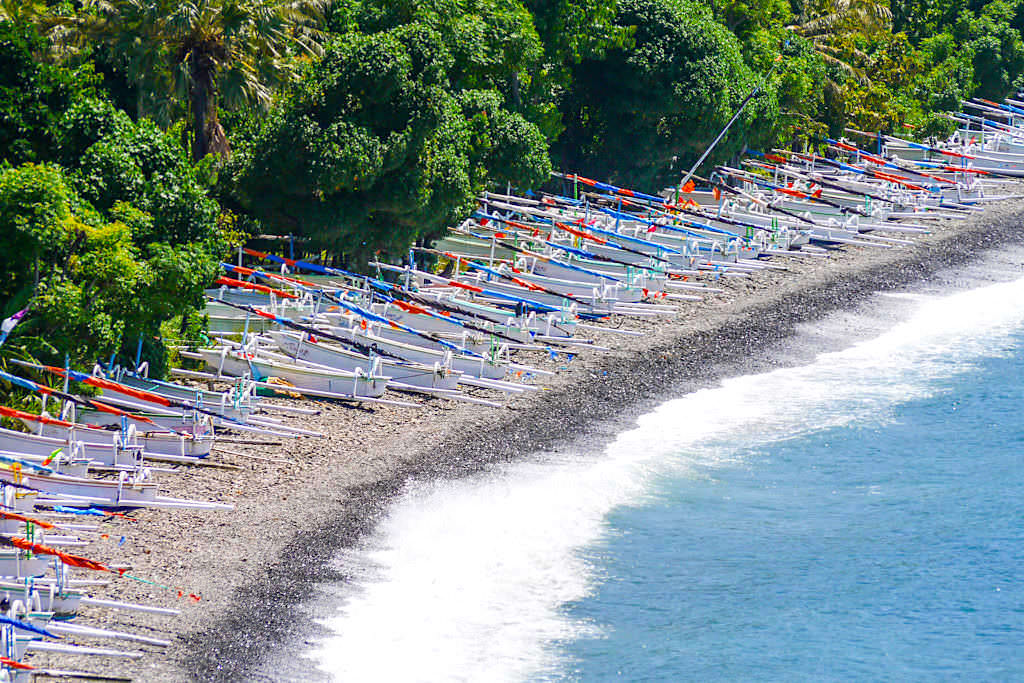 Lipah Beach: Fischerboote statt Touristen sonnen sich am Strand - Amed Bali - Indonesien