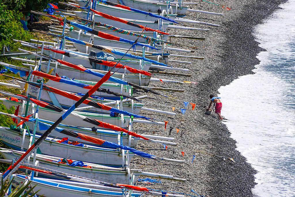 Lipah Beach - Unzählbar viele Fischerboote säumen den Strand - Amed Bali, Indonesien