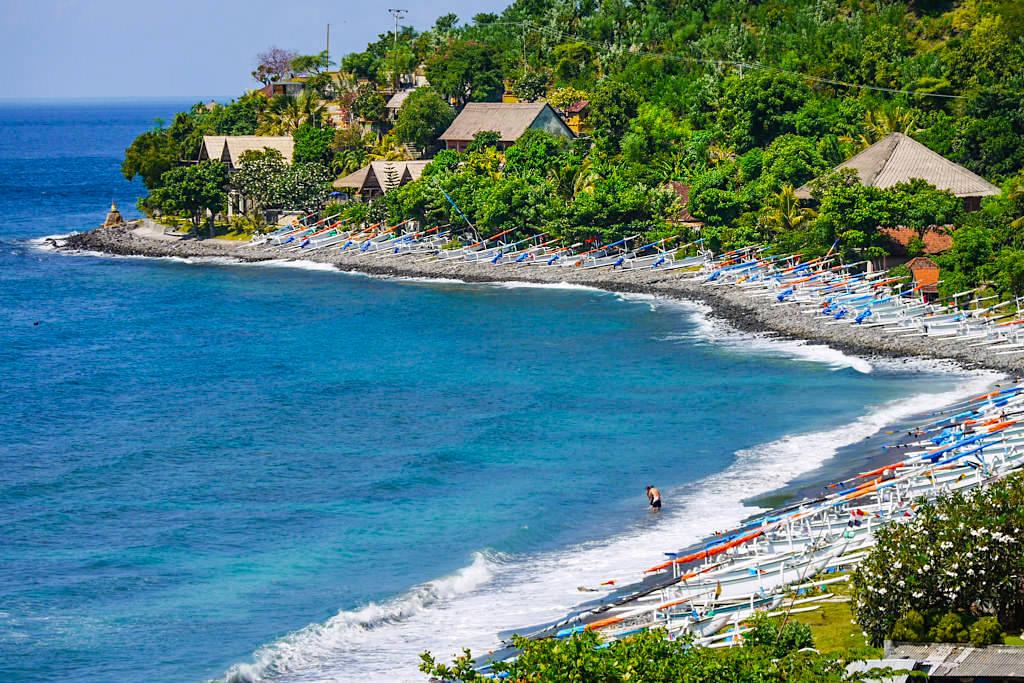 Lipah Beach - Tausende von Fischerboote säumen den Strand - Amed Bali, Indonesien
