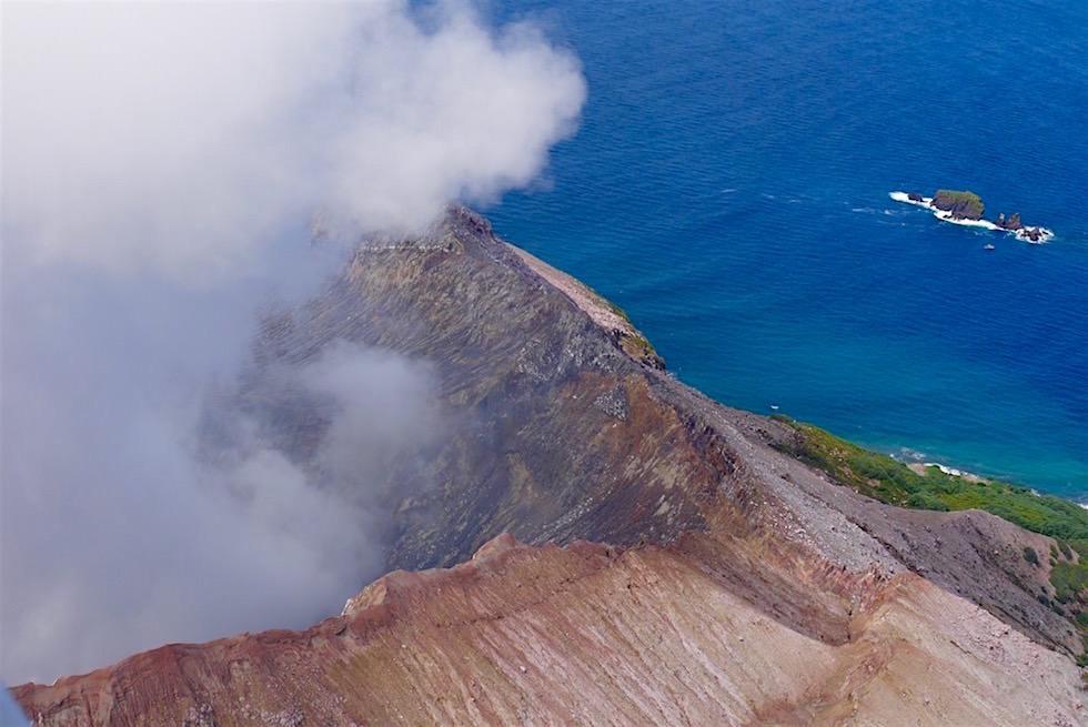 Vulkanrand und seine vom Festland schon sichtbare weiße Rauchwolke - White Island - Neuseeland Nordinsel