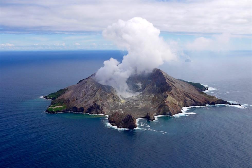 Der weiße Dampf der White Island ist schon von weitem zu sehen - Neuseeland Nordinsel