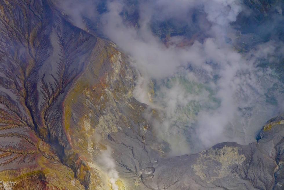Schwefeldampf und Schefel bedecken die Oberfläche der White Island - Neuseeland Nordinsel