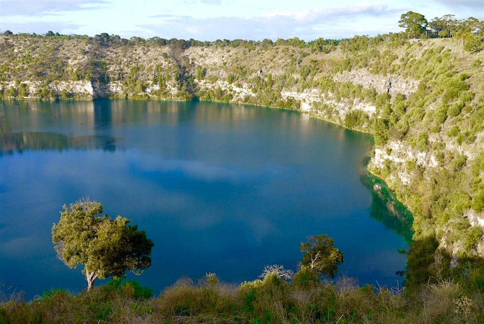 Türkiser Rand des strahlend blauen Blue Lakes - Mount Gambier - South Australia