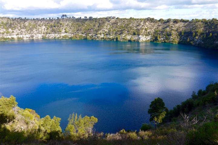Strahlendes, außerirdisches blau des Blue Lake in Mount Gambier - South Australia