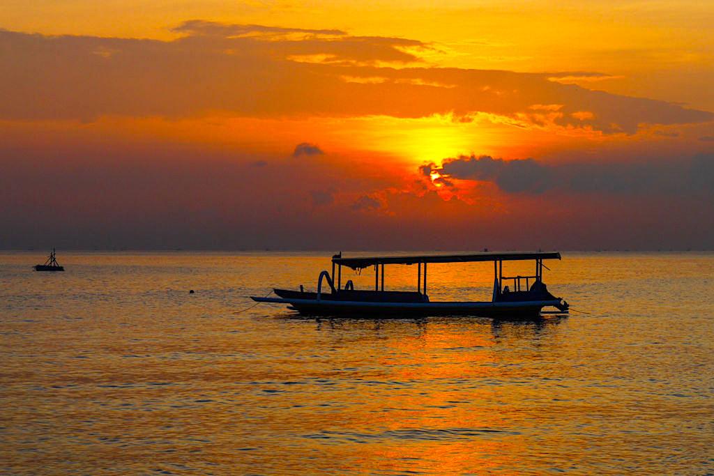 Feurig, fulminanter Sonnenaufgang über dem Meer in Amed Bali - Indonesien
