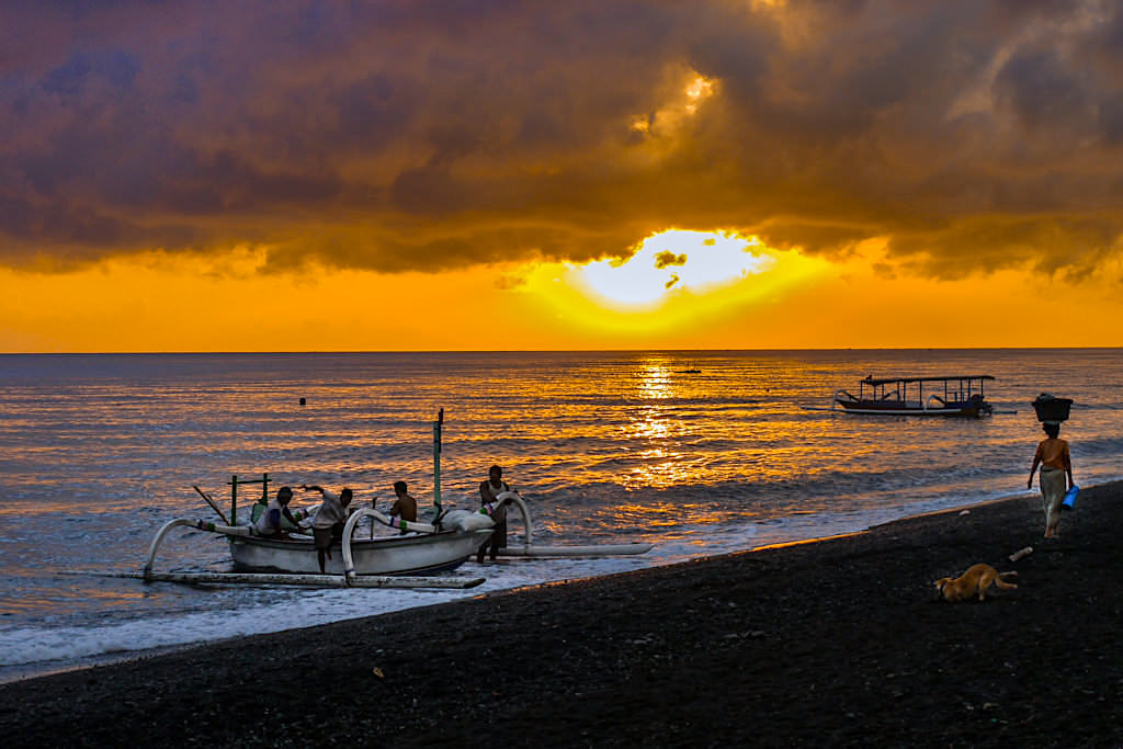 Sonnenaufgang & Frühe Geschäftstüchtigkeit am Strand in Amed Bali - Indonesien