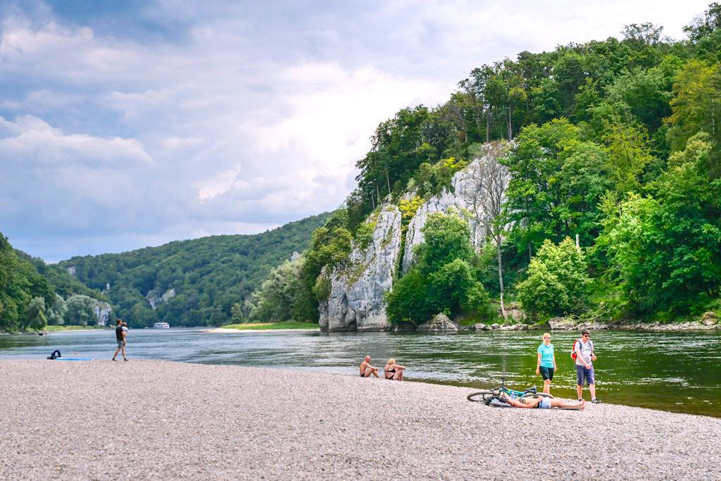 Der Kiesstrand beim Donaudurchbruch ist im Sommer ein sehr beliebter Badeplatz - Weltenburger Enge Wanderung - Altmühltal, Bayern