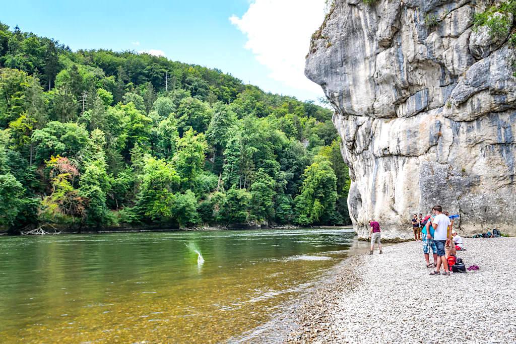Lange Wand heißt der imposante Felsen beim Donaudurchbruch oder genauer gesagt der Weltenburger Enge - Kloster Weltenburg Wanderung - Bayern