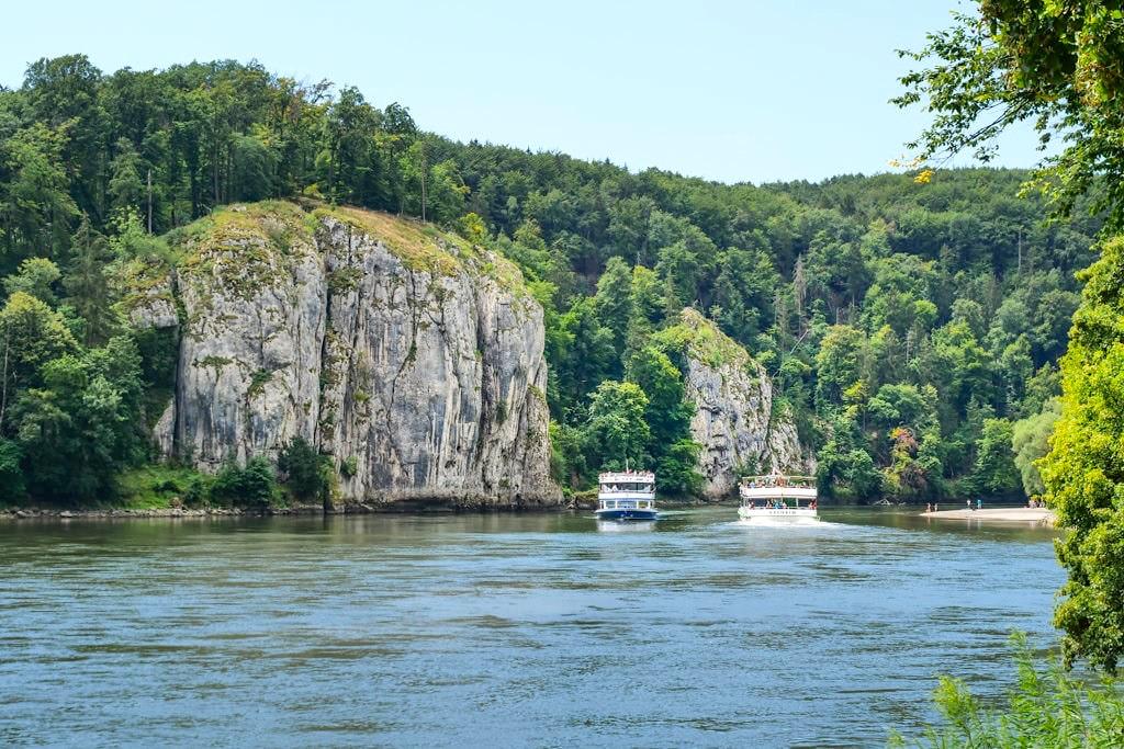 Markante Felsen beim Donaudurchbruch bzw der Weltenburger Enge auf der Wanderung zum Kloster Weltenburg - Altmühltal, Bayern