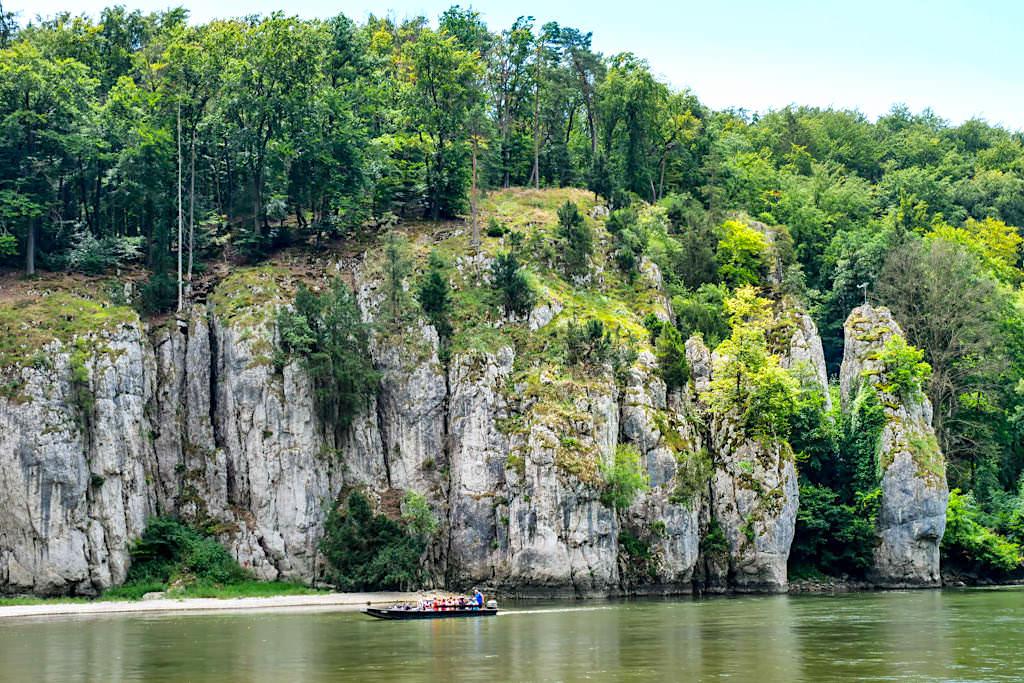 Markante, imposante Felsen säumen die Ufer der Donau im Donaudurchbruchstal - Rundwanderung zum Kloster Weltenburg Wanderung - Altmühltal, Bayern