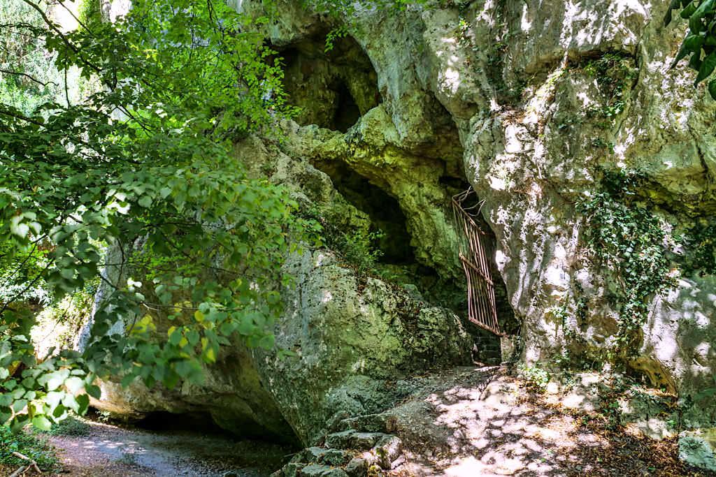 Versteckte Felsenhöhle im Donaudurchbruchtal - Wanderung zum Kloster Weltenburg - Altmühltal, Bayern