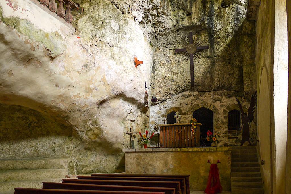 Felsenkirche Klösterle Einsiedelei mit Freskenmalerei- Wanderung Weltenburger Enge & Kloster Weltenburg - Bayern