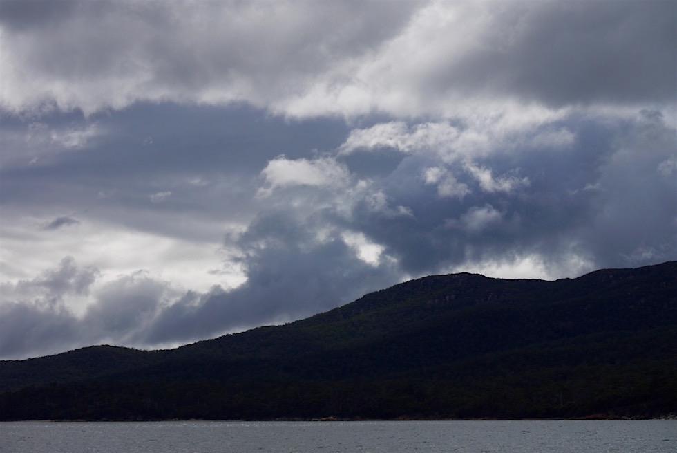 Wolken im Hafen von Coles Bay - Tasmanien