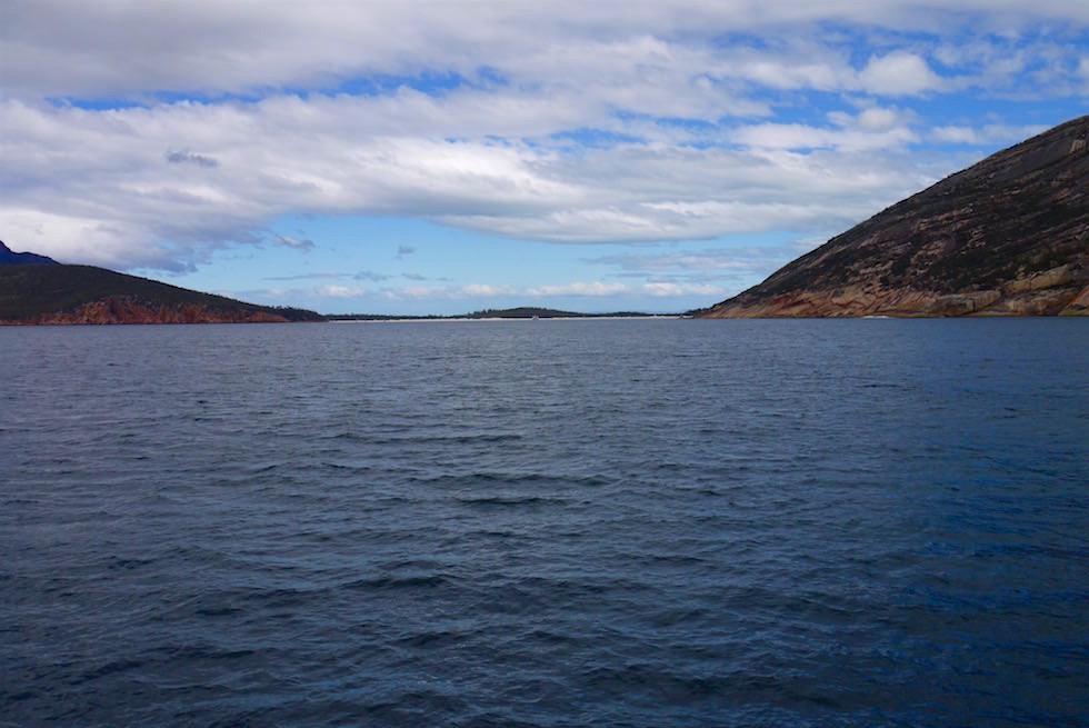 Erster Blick auf Wineglass Bay von dem Schouten Passage II Katamaran aus - Tasmanien