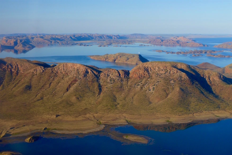 Berge ragen aus dem Lake Argyle - Kingfisher Tours - Scenic Flight Kimberley - Western Australia