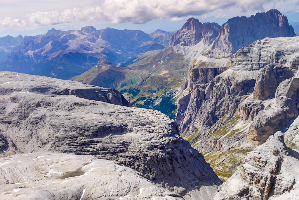 Atemberaubend schöne Ausblicke vom 3.152 m hohen Gipfel des Piz Boe - Sella Gebirge - Dolomiten, Südtirol