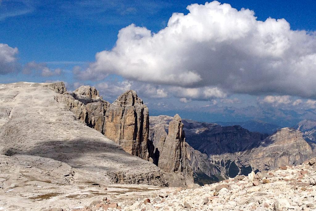 Überwältigende Ausblicke von der leichten Piz Boe Wanderung von Sass Pordoi kommend zum höchsten Berg der Sella-Gruppe - Dolomiten, Südtirol