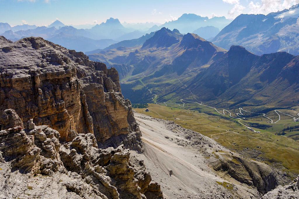 Überwältigend schöne Ausblicke auf der leichten Piz Boe Wanderung über das Pordoijoch & Sass Pordoi auf den höchsten Berg der Sella-Gruppe - Dolomiten, Südtirol