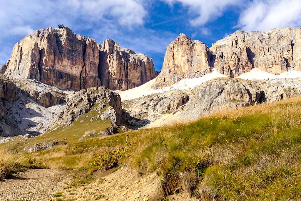 Blick auf die Pordoischarte - Aufstieg vom oder Abstieg zum Passo Pordoi - Leichte Piz Boe Wanderung - Dolomiten, Südtirol