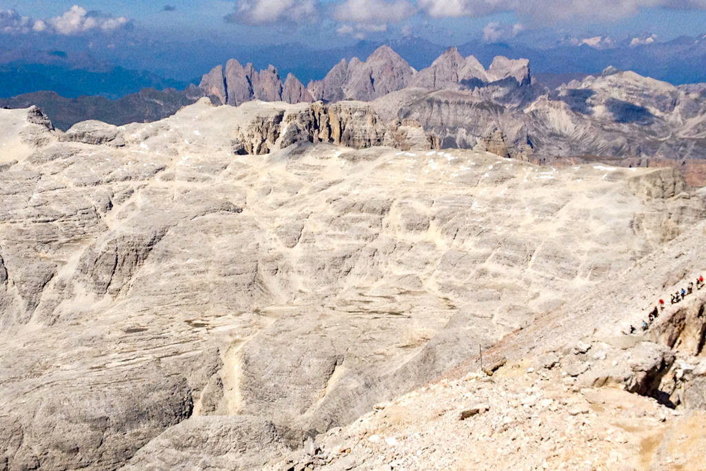 Einwege-System beim Aufstieg auf den Piz Boe - Leichte Wanderung zum höchsten Gipfel des Sella Gebirges - Dolomiten, Südtirol